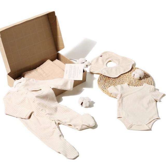 皮膚科專家建議初生嬰兒的貼身衣物料最好選用有機棉,所有含有有害化學物質的紡織品都會容易造成嬰兒皮膚敏感。  The Petit Solider 使用的有機原色棉除了獲得國際有機紡織品標準認證 GOTS 認証外,更沒有經過漂白過程。純棉材質製成的衣服,其棉花纖維材質柔軟、具吸濕力,適合人體肌膚。衣物的吸收排汗功能佳,可避免衣服黏在嬰兒的皮膚上,有助減少熱疹發作。  【 歡迎初生嬰兒禮盒  Welcome to the World Set 】HK$ 750  #organiccotton#thepetitsoldier#thepetitsoldierhk#organicbabyclothes#organicbaby#primarycotton#organicswaddle#organicbody#organickids#newborn #hkgift #xmasgifthk #hkxmasgift #xmasbabygiftset #babygiftsethk #hkbabyboy #hkbaby #hkmamablogger #hkmami #有機棉 #嬰兒禮盒 #嬰兒禮物 #新生兒禮物