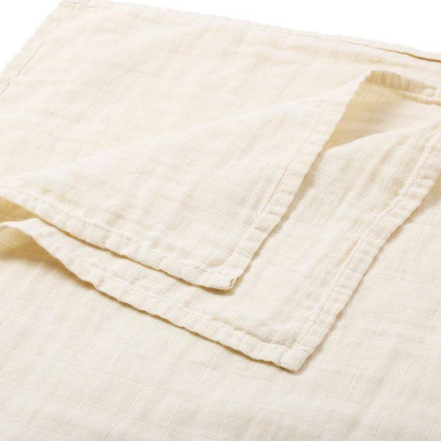 【嬰兒包巾用處多,4 個每位新手媽媽必需知道的「祕技」】  對於剛為父母的新手爸媽來說,未必知道這條看上去平平無奇的紗布包巾原來功能多多。紗布包巾對於新手爸媽來說是其中一件最重要的衣物,因為除了可以幫助寶寶調節體溫外,還有是可以令寶寶更容易安心進睡,睡得更甜。  1)輕鬆調節體溫  初生嬰兒的體溫調節能力不太好,使用包巾的好處可減省寶寶穿着的衣服。寶寶只要穿著尿布及包屁衣再用包巾包裹,就能推持體溫。若果天氣再寒冷,只要外面加上適當的被子就能達到保暖的作用。帶初生嬰兒外出打預防針時,包巾更是最好的保暖好幫手。  2) 提供安全感  初生嬰身從溫暖舒適的母體來到這世界,會有各種不適應的感覺。包巾能模擬寶寶在媽媽子宮的包覆感,被包巾包裹着的寶寶彷彿回到媽媽的子宮裡面,既熟悉又有安全感,受到穩定的壓力包覆,能安撫寶寶情緖及躁動不安。  3) 睡得更甜  初生嬰兒的神經反射系統尚未發育完成,睡眠中可能會出現不少非自主動作,如轉頭、踢腿、揮舞手臂等,因此造成驚嚇不安的情緒。把寶寶以包巾包裹起來,可以減少其不自主動作,並且能方便側睡,有助減緩吐奶的情況。  4) 用途廣泛  雖然寶寶差不多在四、五個月大後就不需要再被包裹著,但千萬別以為這條「包巾」已經完成其歷史使命。The Petit Soldier 的包巾比一般市面上的包布大,長達120cm,吸水性強,摺疊起來還可以當作尿布墊、BB推車上的毯子或遮擋陽光的罩子、床單、寶寶浴巾,更可作媽媽的喂哺巾。  初生嬰兒肌膚嬌嫩,包巾又如此貼近身體,父母在材料方面當然要精挑細選。試想想,寶寶每天接觸、穿着,或有機會啃咬這些衣物,有機會刺激寶寶敏感的皮膚!  The Petit Soldier 的包巾使用「有機原色棉」,獲得國際有機紡織品標準認證 GOTS認証外,沒有經過漂白過程,呈現原色棉天然的米色及棕色。有機棉包巾的疏鬆透氣編織法使其能夠迅速透氣吸汗,有效調節嬰兒的體溫,溫柔地引導嬰兒好好睡覺。有機棉的材質看起來皺皺的,特質是經過洗滌會越洗越軟熟,越洗越皺,手感也會更舒服。令父母放心讓寶寶使用。  #organiccotton#thepetitsoldier#thepetitsoldierhk#organicbabyclothes#organicbaby#primarycotton#organicswaddle#organicbody#organickids#newborn #hkgift #xmasgifthk #hkxmasgift #xmasbabygiftset #babygiftsethk #hkbabyboy #hkbaby #hkmamablogger #hkmami #有機棉 #嬰兒禮盒 #嬰兒禮物 #新生兒禮物