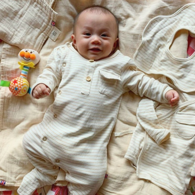 "Baby Lachlan said "" Whoaaa! Thank you @thepetitsoldierhk for the lovely gift box! i love these super soft sleepsuit,  body gown, bib, muslin square and swaddle♥️all made from organic primary cotton! Happy baby, Happy Mum! "" #organiccotton #thepetitsoldier #thepetitsoldierhk #organicbabyclothes #organicbaby #primarycotton #organicswaddle #organicbody #organickids #newborn #新生兒禮物 #hkgift #xmasgifthk #hkxmasgift #xmasbabygiftset #babygiftsethk #hkbabyboy #hkbaby#聖誕禮物 #hkmamablogger #hkmamiblogger"